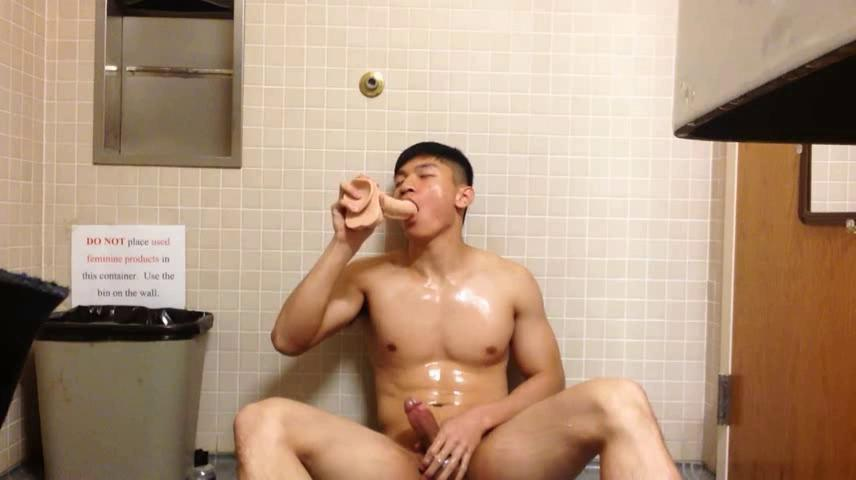 Chinese maleshow – Amateur Contribution - Athlete Solo Action In Public Toilet 体育会男児 公衆便所 青い欲望